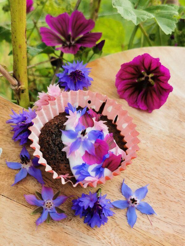 Eetbare bloemen op muffin