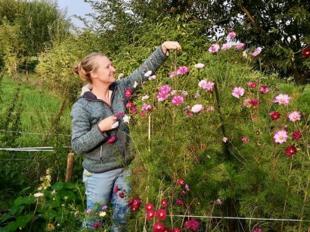 Brenda bij haar bloemen in haar pluktuin in Zalk